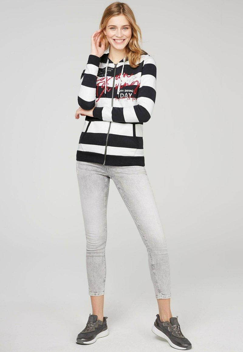 Soccx - ARTWORK - Zip-up sweatshirt - ivory / deep sea