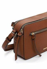 SURI FREY - NETTY - Across body bag - cognac 700 - 3