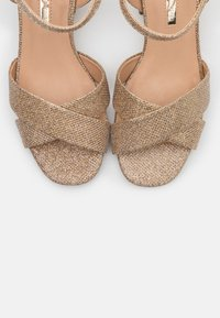 Dorothy Perkins - BOOM MID HEIGHT BLOCK - Sandalias - gold - 5