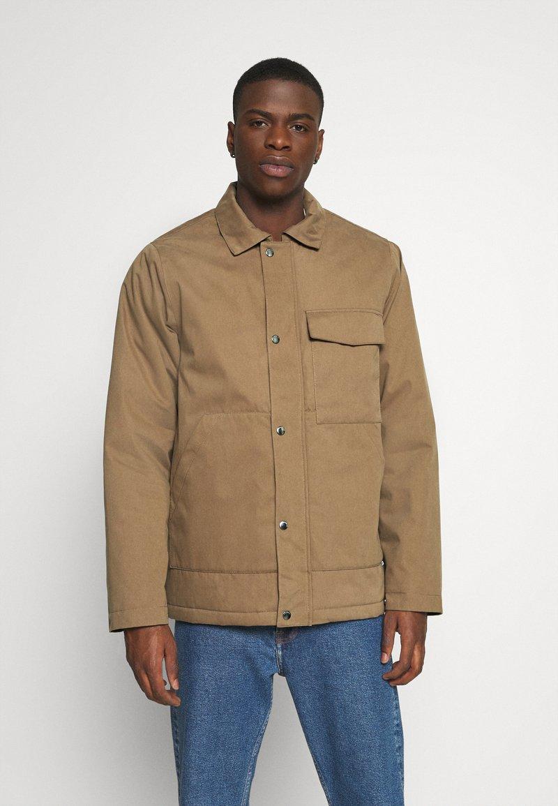 Cleptomanicx - COACHES COAT - Light jacket - otter
