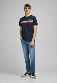 Jack & Jones - JORTYLER TEE CREW NECK  - Print T-shirt - navy blazer - 1