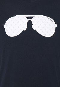 Michael Kors - AVIATOR TEE - T-shirt con stampa - dark midnight - 2