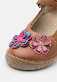Froddo - ANA - Ballerina's met enkelbandjes - brown - 5