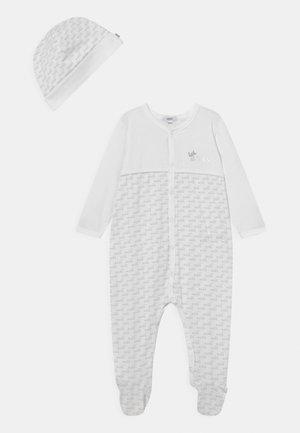 PULL ON HAT SET UNISEX - Sleep suit - white