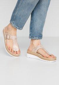 Gabor - Sandály s odděleným palcem - rame - 0