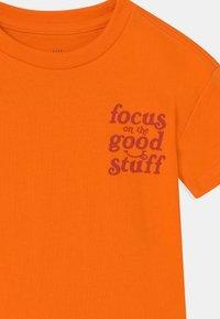 GAP - TODDLER BOY EASY TEE - Camiseta estampada - orange peel - 2