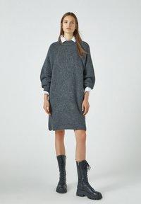PULL&BEAR - Pletené šaty - grey - 1