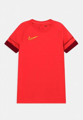 ACADEMY UNISEX - T-shirt con stampa - bright crimson/gym red