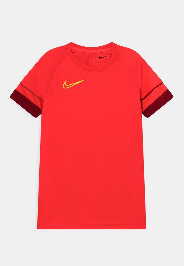 ACADEMY - T-shirt imprimé - bright crimson/gym red