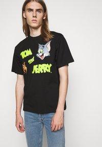 GCDS - TOM & JERRY TEE - Print T-shirt - black - 4