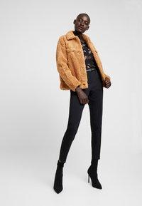 Missguided Tall - CROP BORG TRUCKER - Light jacket - tan - 1