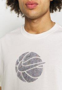 Nike Performance - TEE - T-shirt med print - pure - 5