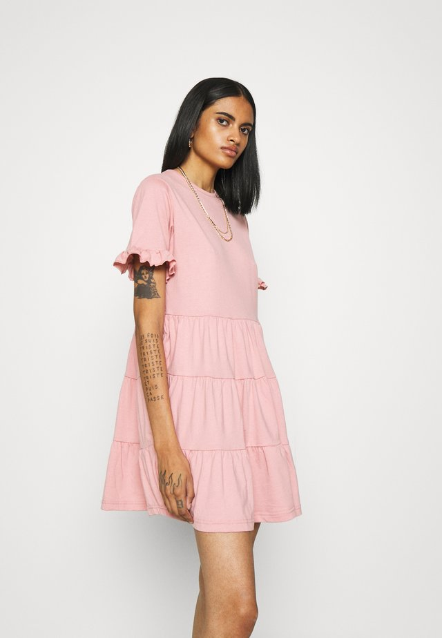 FRILL SLEEVE TIERED SMOCK DRESS - Trikoomekko - blush