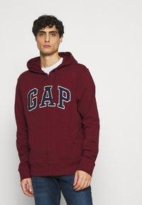 GAP - ARCH - Zip-up hoodie - shiraz - 0