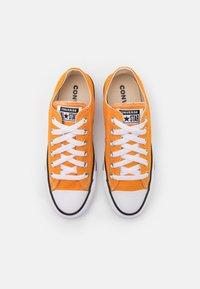 Converse - CHUCK TAYLOR ALL STAR SEASONAL COLOR UNISEX - Sneakersy niskie - kumquat - 3