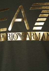 EA7 Emporio Armani - Print T-shirt - olive/gold - 5