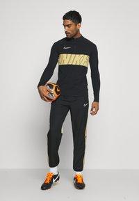 Nike Performance - DRY ACADEMY - Tekninen urheilupaita - black/jersey gold/white - 1