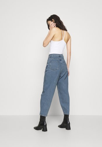 HIGH RISE BARREL CROPPED JEANS - Bootcut jeans - mid blue wash