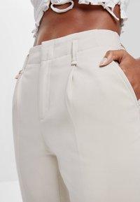 Bershka - MIT BUNDFALTEN - Chino kalhoty - beige - 3