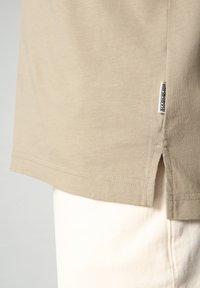 Napapijri - S-OAHU - Print T-shirt - silver sage - 6