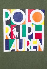 Polo Ralph Lauren - CUSTOM SLIM FIT LOGO JERSEY T-SHIRT - T-shirt z nadrukiem - army - 2