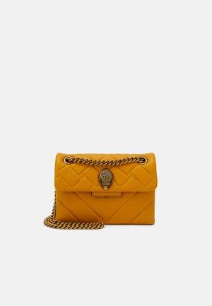 MINI KENSINGTON BAG - Taška spříčným popruhem - yellow