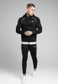 SIKSILK - SCOPE SIGNATURE TAPE ZIP THROUGH HOODIE - Training jacket - black - 1