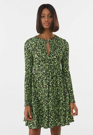 MIT PRINT UND SCHLITZ - Day dress - green