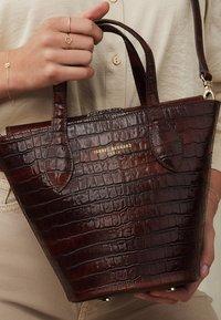 Isabel Bernard - Handbag - braun - 1