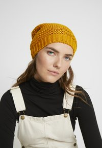 Benetton - Muts - yellow - 1