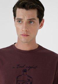 Scalpers - STITCH  - T-shirt print - burgundy - 3