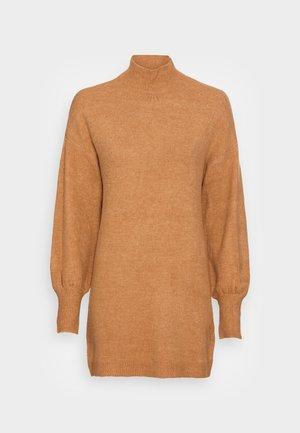 VMLEFILE HIGHNECK DRESS - Svetríkové šaty - tobacco brown