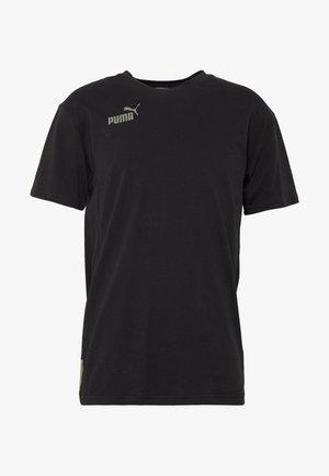 FTBLNXT CASUALS TEE - Print T-shirt - black/deep lichen green