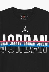 Jordan - SPLIT DECISION - Triko spotiskem - black - 2