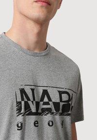 Napapijri - Print T-shirt - medium grey melange - 3