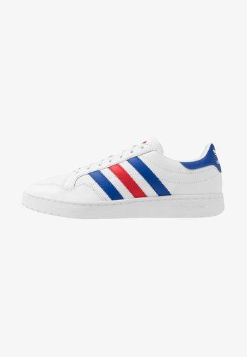 TEAM COURT - Joggesko - footwear white/royal blue/scarlet