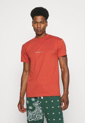 ESSENTIAL - Print T-shirt - burnt orange