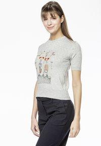 Rosa & Me - POLLY - Print T-shirt - grey - 3