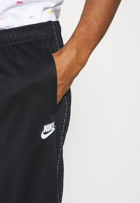 Nike Sportswear - REPEAT - Pantalon de survêtement - black/reflective silver - 4