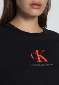 Calvin Klein Jeans - BABY TEE - Print T-shirt - black - 4