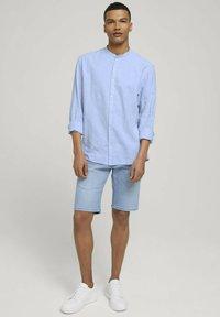 TOM TAILOR DENIM - Camisa - light blue white chambray - 1