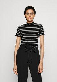 HUGO - DAROLINE - T-shirt z nadrukiem - black - 0