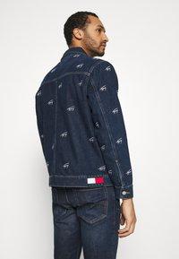 Tommy Jeans - OVERSIZE TRUCKER JACKET UNISEX - Giacca di jeans - dark blue - 2