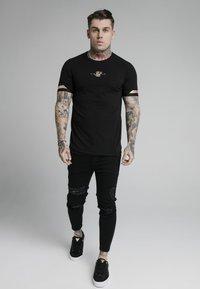 SIKSILK - DUAL CUFF TECH TEE - T-shirt med print - black/gold - 1