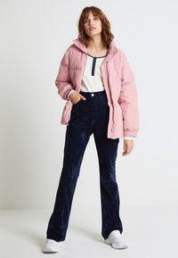 Levi's® - RIBCAGE BOOT - Spodnie materiałowe - lush indigo velvet - 2