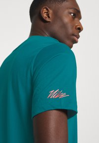 Nike Performance - TEE PROJECT  - T-Shirt print - bright spruce - 5