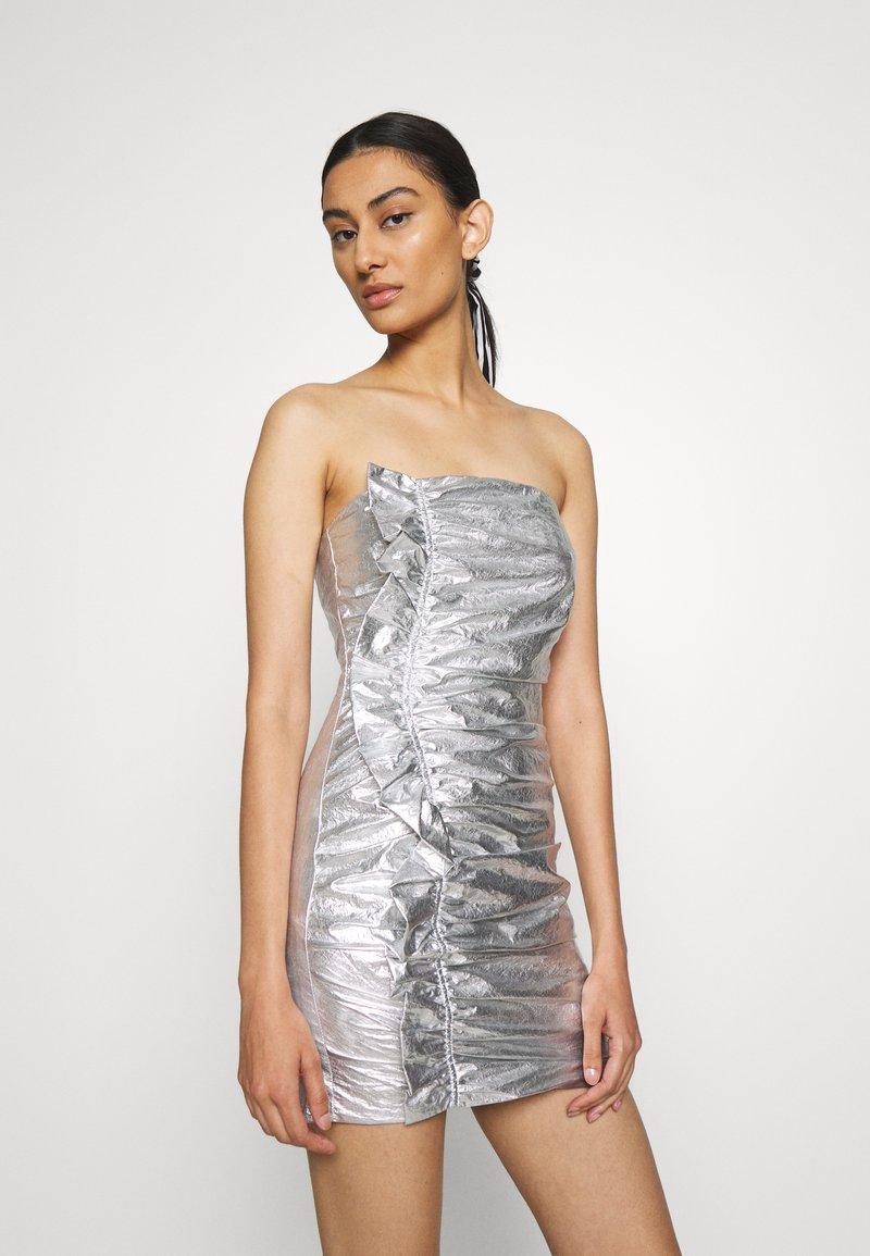 Third Form - DRIFTER FRILL STRAPLESS - Vestito elegante - silver