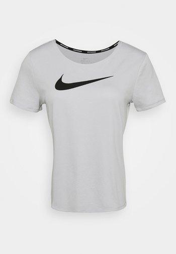 RUN - T-shirt imprimé - grey fog/black