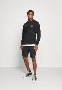 Tommy Jeans - BADGE CREW UNISEX - Felpa - black - 1