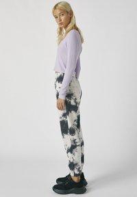 PULL&BEAR - MIT TIE-DYE IM KONTRAST - Spodnie materiałowe - light grey - 4